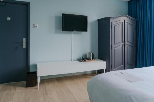 Télévision ou salle de divertissement dans l'établissement Hotel Room11