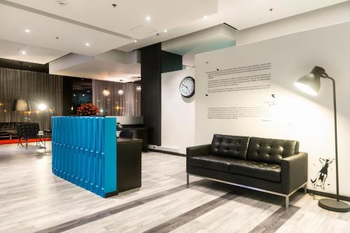 The lobby or reception area at Wyndham Bogota
