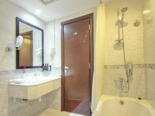 Ett badrum på Fortune Pearl Hotel