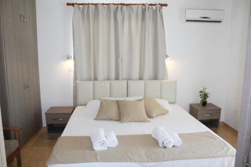 A bed or beds in a room at Maria Zintili Apartments
