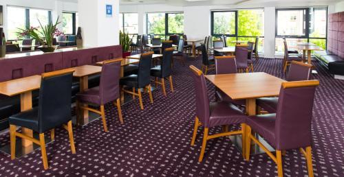 A restaurant or other place to eat at Holiday Inn Express Hemel Hempstead, an IHG Hotel