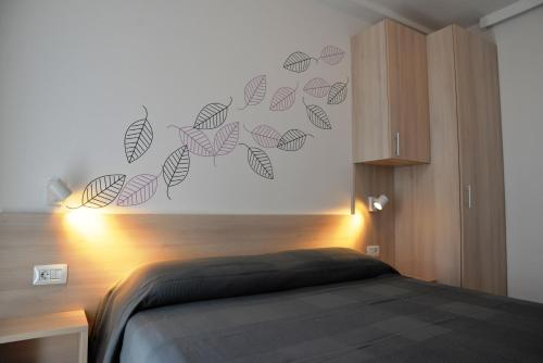 A bed or beds in a room at Apartments Palma & Pino