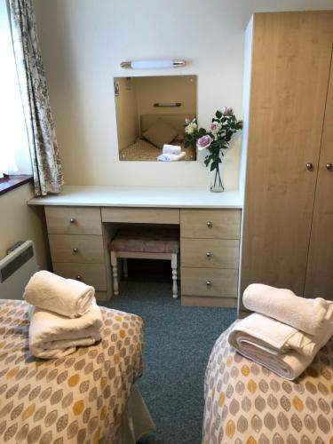 A bed or beds in a room at Quayside Close Holiday Apartments