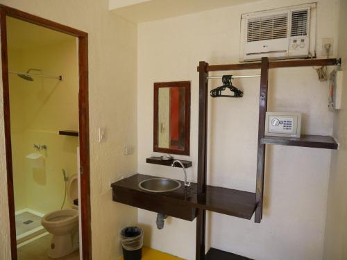 A bathroom at Lazy Dog Bed & Breakfast