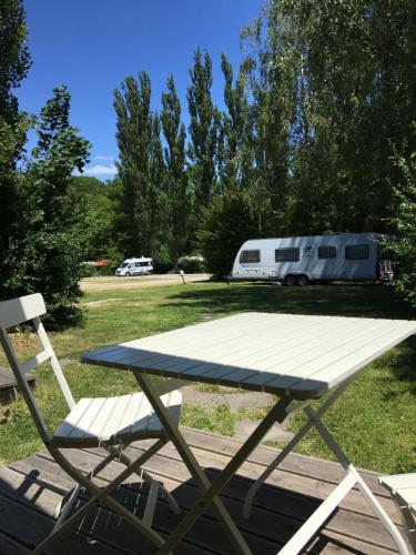 Ein Garten an der Unterkunft Campingplatz Aichelberg