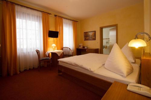 Ein Bett oder Betten in einem Zimmer der Unterkunft Hotel-Restaurant Alter Krug Kallinchen