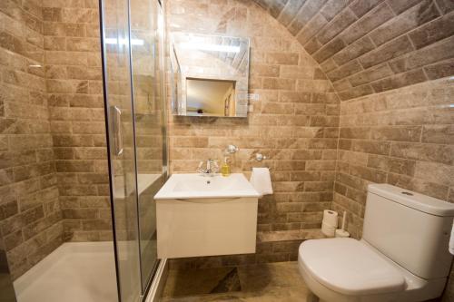 A bathroom at Edgerton Hotel