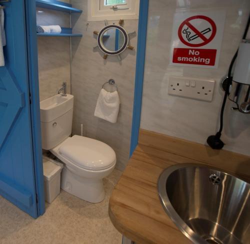 A bathroom at Adventurer's Village Milton Keynes