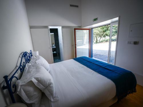 A bed or beds in a room at Morgadio da Calcada