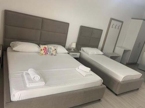 A bed or beds in a room at Hotel Riviera