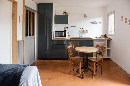 A kitchen or kitchenette at Les Rochettes - Pensez à apporter vos draps !