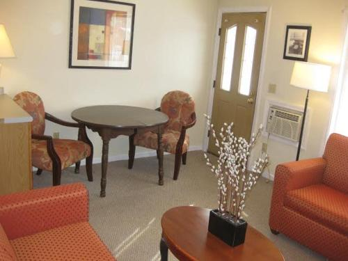 A seating area at Seabreeze Motel