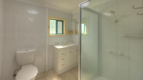 A bathroom at Lucinda Fishing Lodge