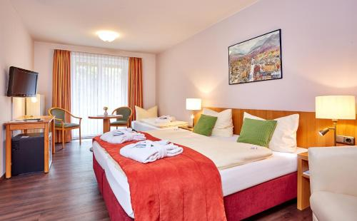 A bed or beds in a room at AKZENT Hotel Turmwirt ***S