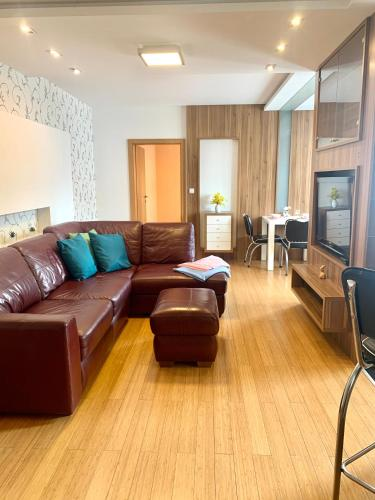 Posedenie v ubytovaní Large, new 2 rooms apt near the aiport