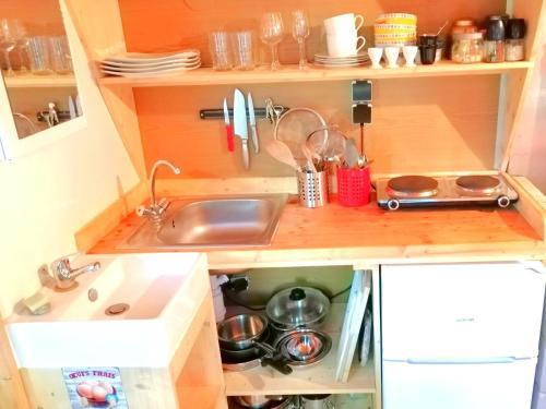 Cuisine ou kitchenette dans l'établissement Chouette Tiny House