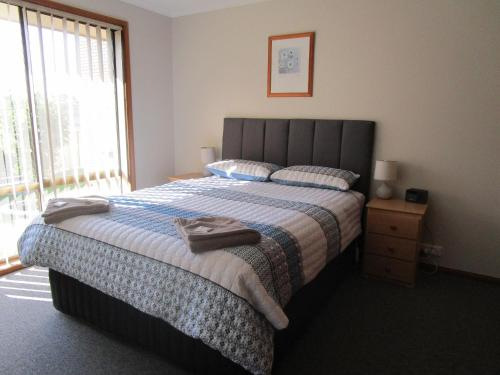 A bed or beds in a room at Anchorbell Holiday Apartments