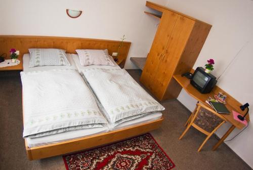 A bed or beds in a room at Landgasthof Kemter