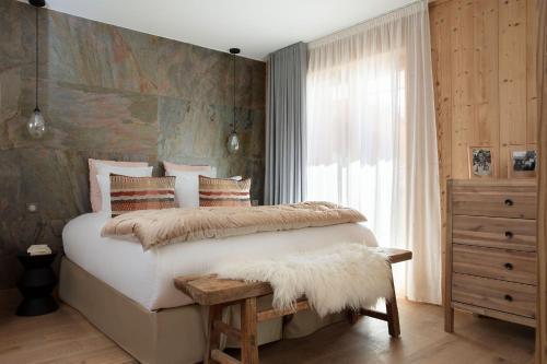 Een bed of bedden in een kamer bij Hôtel Grandes Rousses