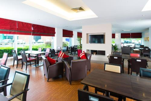 A restaurant or other place to eat at Holiday Inn Express Leeds City Centre, an IHG Hotel