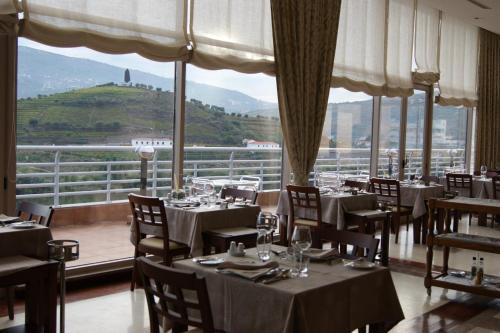 Ein Restaurant oder anderes Speiselokal in der Unterkunft Hotel Regua Douro