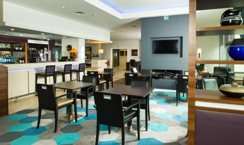 The lounge or bar area at Holiday Inn Express Lincoln City Centre, an IHG Hotel