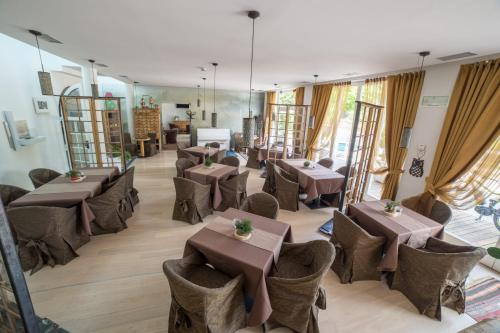 A restaurant or other place to eat at Alpen Hotel Eghel