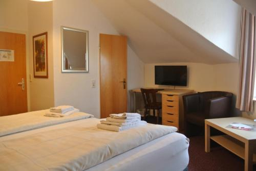 A bed or beds in a room at Hotel Am Kamin