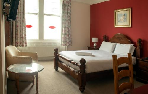 A bed or beds in a room at Shakespeare Hotel