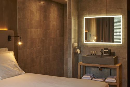 A bathroom at City Center Lodge Utrecht