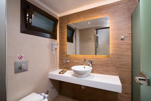 A bathroom at Kallisti Hotel