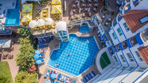 Hotel Villa Listの敷地内または近くにあるプールの景色