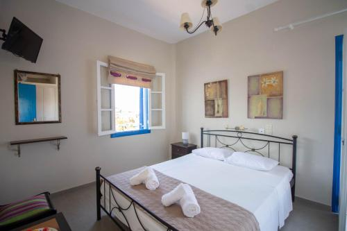 A bed or beds in a room at Meltemi Hotel Kythnos