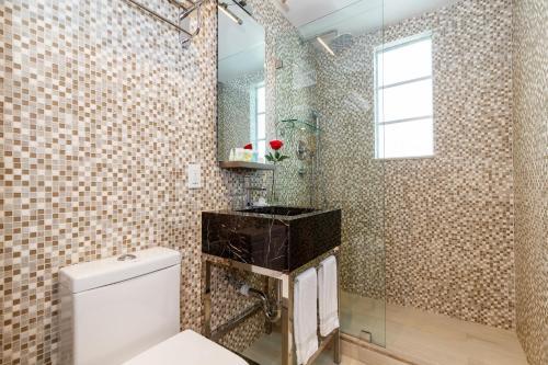 A bathroom at L Hotel