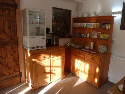 A kitchen or kitchenette at The Coach and Horses Hotel