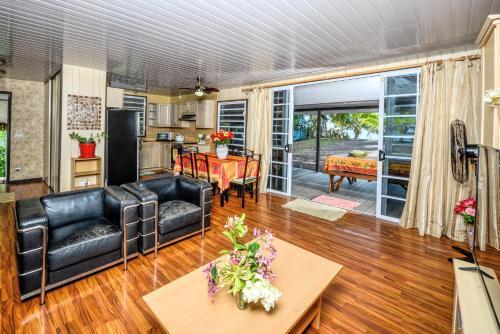 Uma área de estar em TAHITI - Taharuu Houses Surf & Beach
