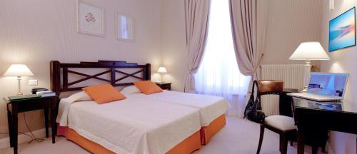 מיטה או מיטות בחדר ב-Hôtel Beaubourg