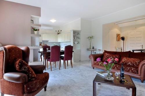 A seating area at Three Bedroom Family House