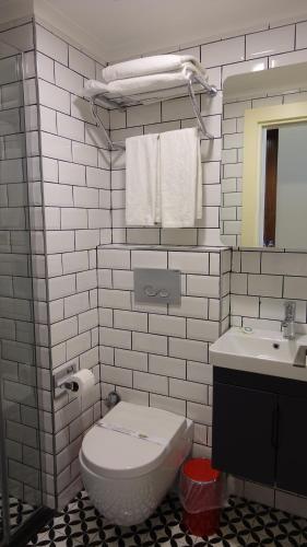 A bathroom at Mono Hotel
