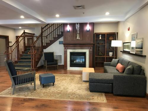 Гостиная зона в Country Inn & Suites by Radisson, Lake George (Queensbury), NY