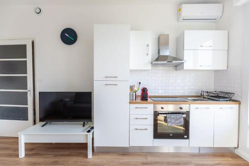 A kitchen or kitchenette at AppartHotel T3 EpicServices Saint-Charles