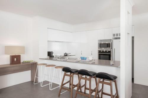 A kitchen or kitchenette at BreakFree Diamond Beach