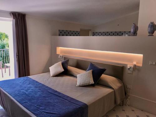 A bed or beds in a room at Hotel Garden Riviera