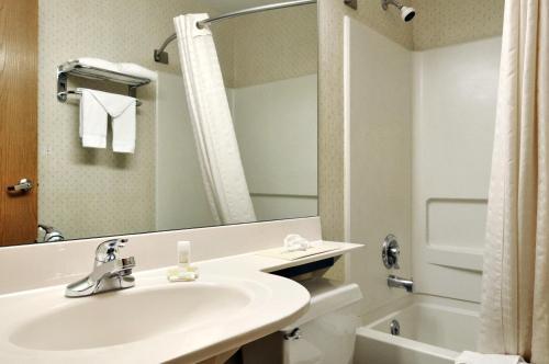 A bathroom at Microtel By Wyndham Victor