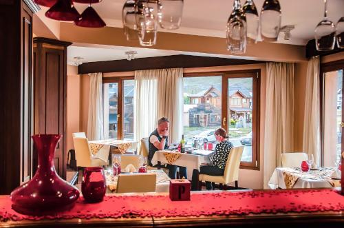 Un restaurant u otro lugar para comer en Chalten Suites Hotel