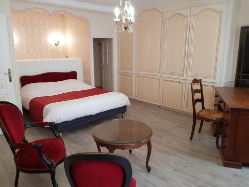 Ein Bett oder Betten in einem Zimmer der Unterkunft Logis Le Grand Hôtel du Louvre