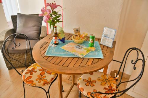 Ein Sitzbereich in der Unterkunft Flowery Inn Villa
