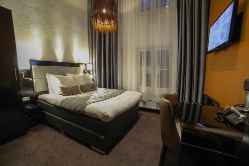 Een bed of bedden in een kamer bij Hotel Mansion