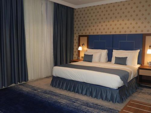 Cama ou camas em um quarto em Swiss Blue Al Samer