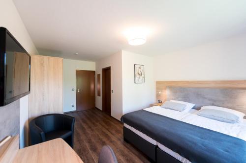 A bed or beds in a room at Hotel Hüerländer